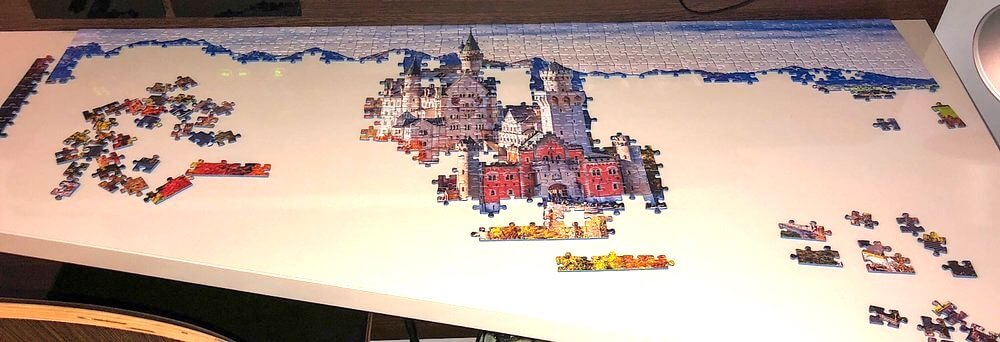 Skládání puzzle probíhá