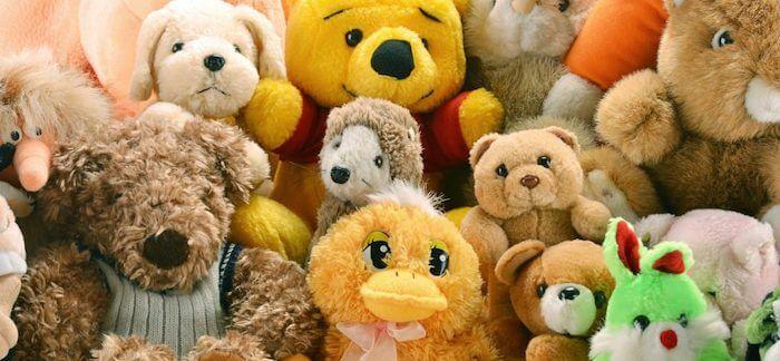 Různobarevné plyšové hračky